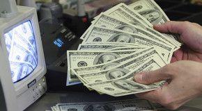Официальный курс доллара в России поднялся выше 66 руб